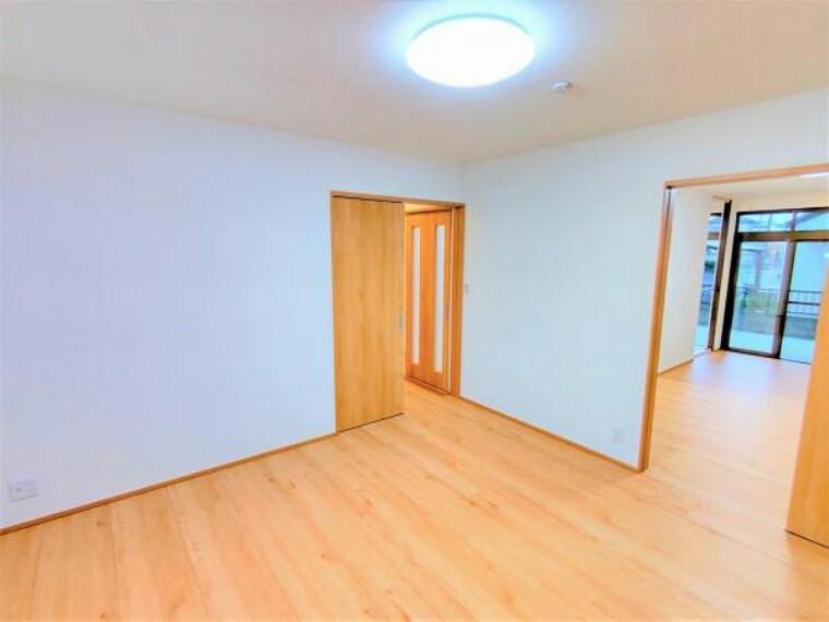 洋室 【リフォーム済】洋室の別角度からの写真です。床は住友林業様のちょっとリッチな床材に重ね張り致します。8帖の広さがあり、押入も備付けで収納にも困らないですね。