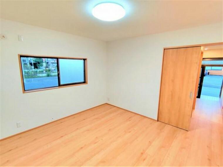 洋室 【リフォーム済】洋室の別角度からの写真です。現状の和室との境の建具は撤去して、新品の建具に交換致します。独立したお部屋としてプライベートな空間を確保できます。