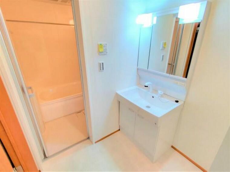 脱衣場 【リフォーム済】洗面所は床は新しくクッションフロアを張替え、洗面台は3面鏡タイプの新品に交換してあります。洗濯機も余裕でおける広さがございます。
