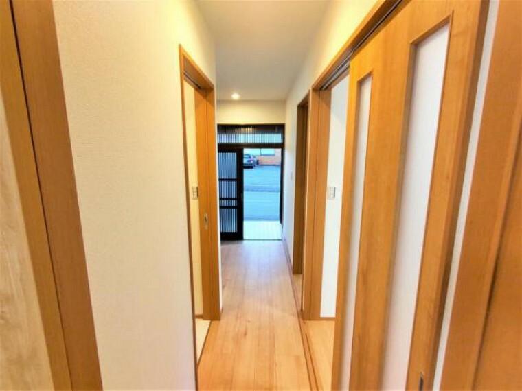 【リフォーム済】廊下の写真です。フローリングは新しく張替え、照明器具も新しく設置済みです。