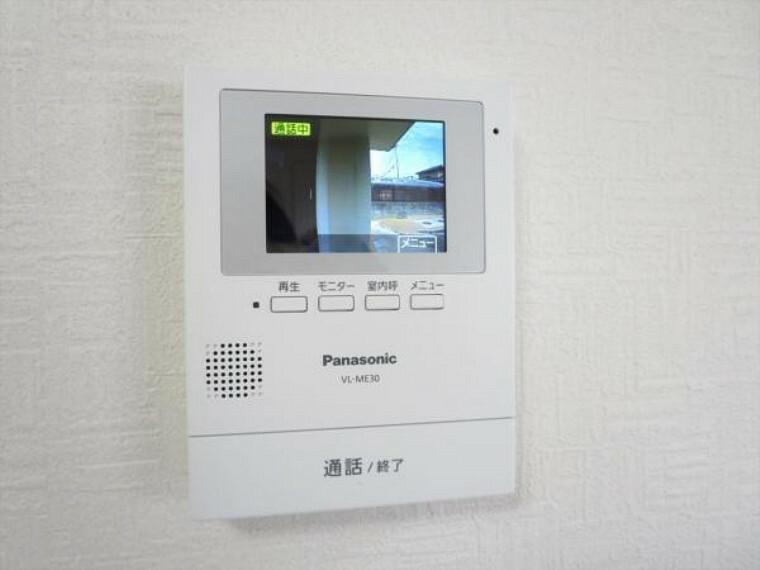防犯設備 (同仕様写真)インターホンはテレビモニターつきドアホンに交換します。来客の顔を見て応対できますのでしつこいセールスにつかまらずにすみますね。