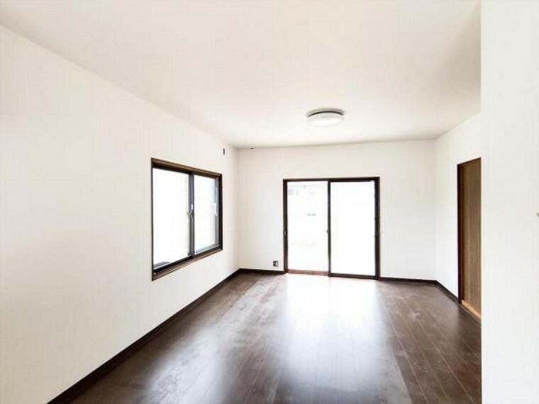 居間・リビング (リフォーム中写真7/25撮影)LDKは天井・壁のクロスを貼替する予定です。南側の掃出し窓から明るい光がそそぐお部屋で家族一緒の時間を楽しく過ごしてくださいね。