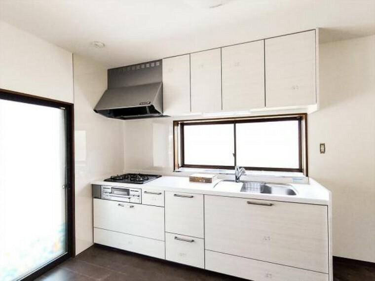 キッチン (リフォーム中写真7/25撮影)キッチンの交換が終わりました。人工大理石のワークトップはパンやパイ生地もダレずにこねられるスグレモノ。お料理のレパートリーも増えそうですね。