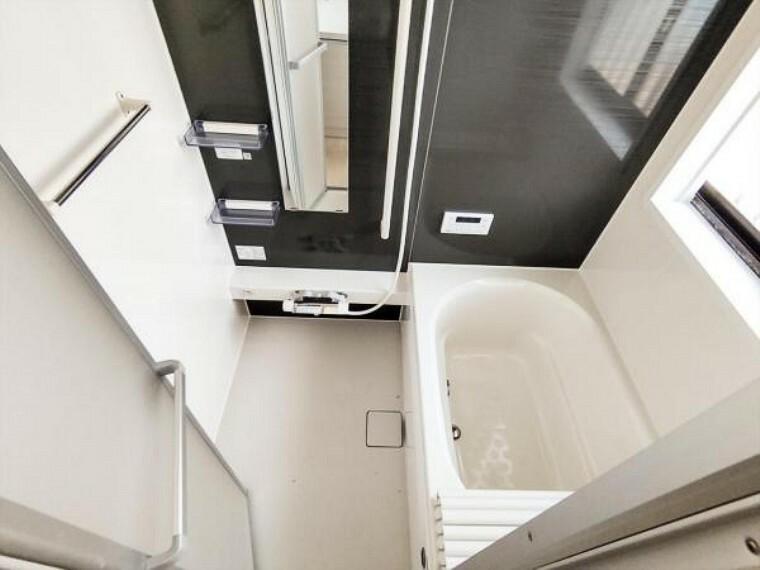 浴室 (リフォーム中写真7/25撮影)浴室は ハウステック製の新品ユニットバスに交換しました。自動湯張り・追い焚き機能付きで、いつでも温かいお湯につかれます。残業帰りの旦那様の強い味方ですね。