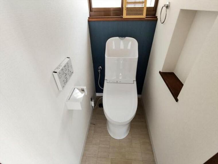 トイレ (リフォーム中写真7/25撮影)トイレは天井・壁のクロスを貼り替え床を水に強くお手入れしやすいクッションフロア貼りにしました。温水洗浄付き便器に交換も行い清潔に仕上げています。