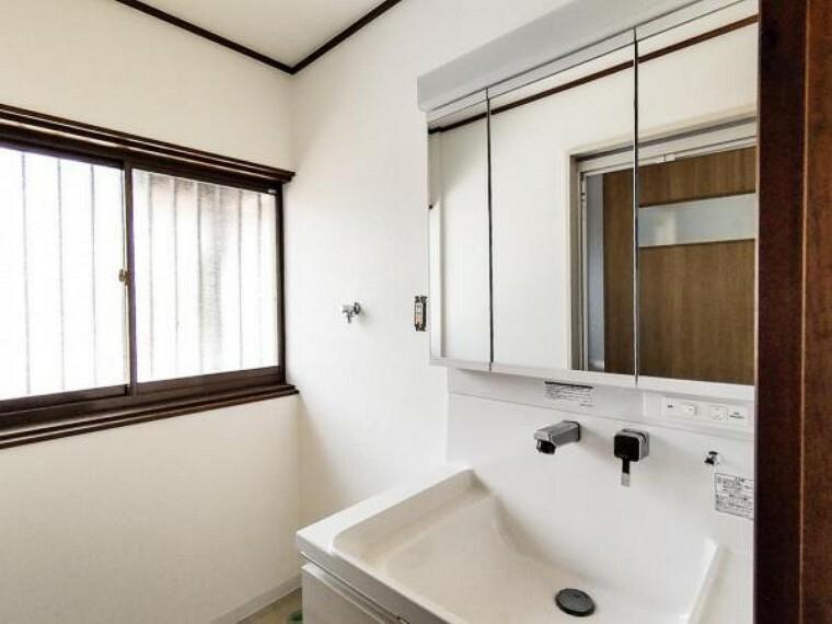 洗面化粧台 (リフォーム中写真7/18撮影)洗面台は新品交換しました。伸縮する便利なシャワーヘッドに加え、鏡裏の収納スペースで、整髪料などの小物も取り出しやすく散らかりません。