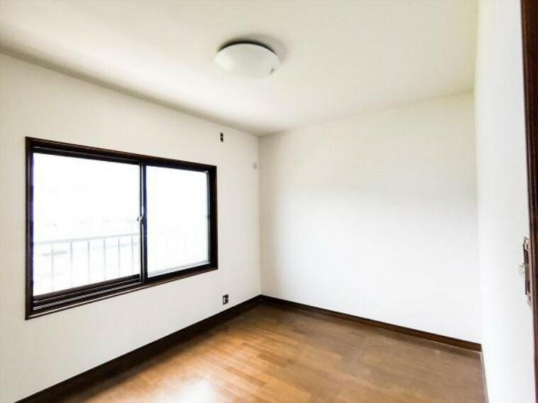 (リフォーム中写真7/18撮影)2階の西側6帖洋室は天井・壁のクロスを貼り替え予定です。