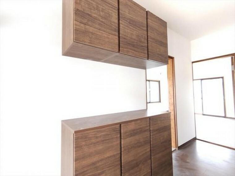 収納 (リフォーム中写真7/25撮影)シューズボックスは永大産業製の棚板が樹脂タイプのものに交換しました。棚板は汚れたら洗えますので、いつも清潔な状態で使えますよ。