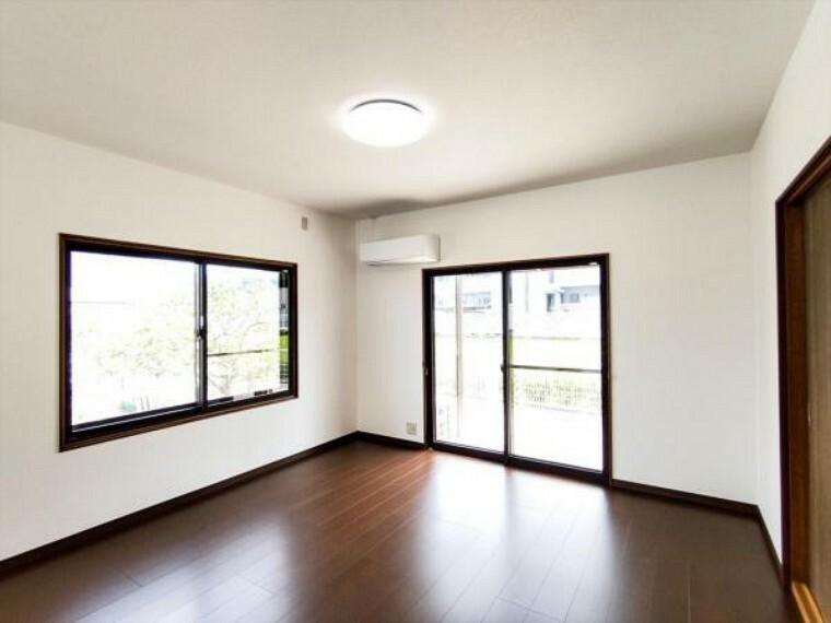 居間・リビング (リフォーム済)LDKは天井・壁のクロスを貼替し、床材を重ね貼りしました。南側の掃出し窓から明るい光がそそぐお部屋で家族一緒の時間を楽しく過ごしてくださいね。