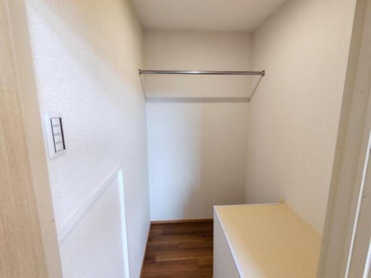 収納 【リフォーム済】2階西側洋室のウォークインクローゼットです。こちらは壁と天井にクロスを張り、床はクッションフロアを張りました。照明は新設いたしました。