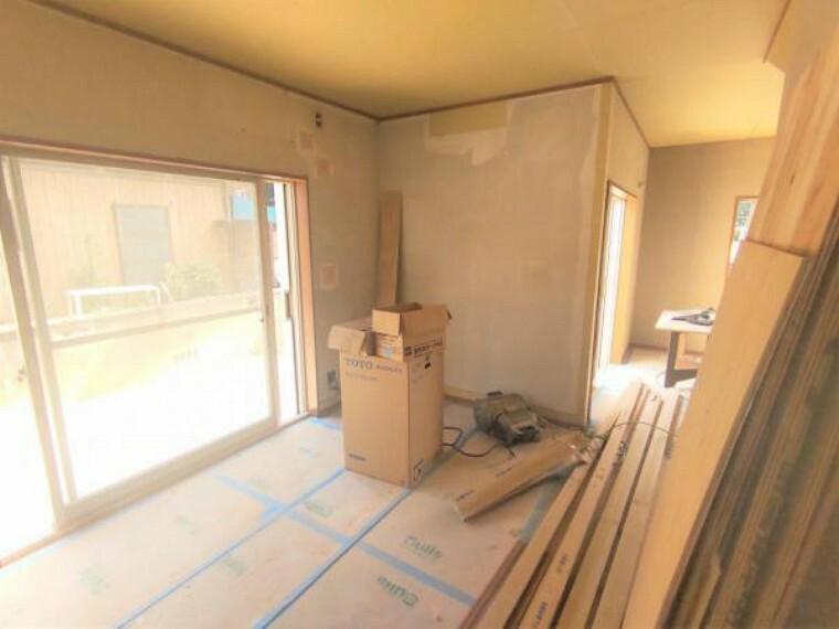 居間・リビング 【リフォーム中】リビング  天井・壁クロス張替、床フローリング重ね張り、照明器具交換、エアコン1台設置、火災報知機設置予定。 窓からの陽光が心地よいので、家族団欒にぴったりの空間です。
