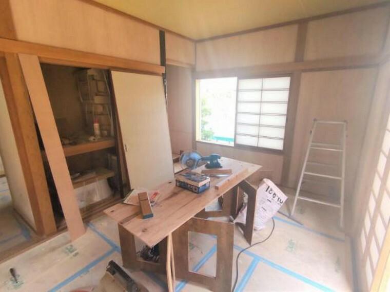 【リフォーム中】 1階6帖の和室です 畳は表替えし、ふすまを張り替えます。  イグサの香りに癒される、居心地の良いお部屋に仕上がります。