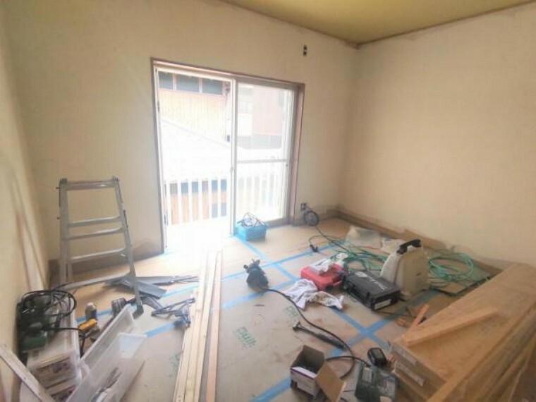 【リフォーム中】 2階西側6帖洋室 壁・天井クロス張替、床フローリング重ね張り、照明器具交換、火災報知機設置予定。 家族の分だけお部屋の使い方も様々。寝室以外にも書斎や収納部屋としても使えそうです。戸建てならではの贅沢なお部屋の使い方で日々の暮らしを充実させてくださいね。