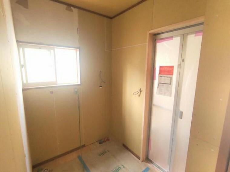 洗面化粧台 【リフォーム中】 洗面室 TOTO製の洗面化粧台に新品交換します。 壁・天井クロス張替、床クッションフロア張替予定。清潔な空間で、朝の支度も気持ちよく出来そうです。