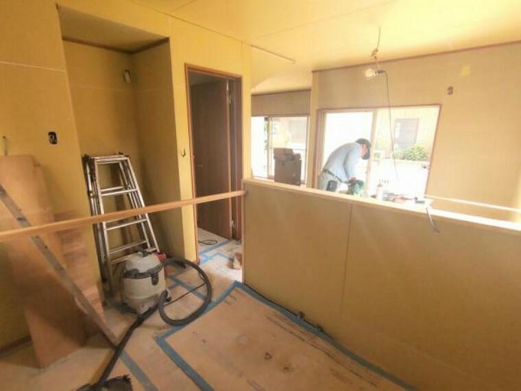 居間・リビング 【リフォーム中】 リビング(別角度) 天井・壁クロス張替、床フローリング重ね張り、照明器具交換、エアコン1台設置、火災報知機設置予定。 キッチンは対面式ですので、リビングで遊ぶお子様を眺めながらお料理ができます。