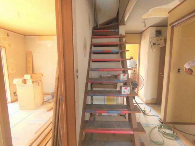 【リフォーム中】 2階に続く階段です。 お子様やご高齢の方に配慮して、新品の手すりを設置します。 事故の起こりやすい階段の昇降を、より安全にできるように最大限配慮しています。