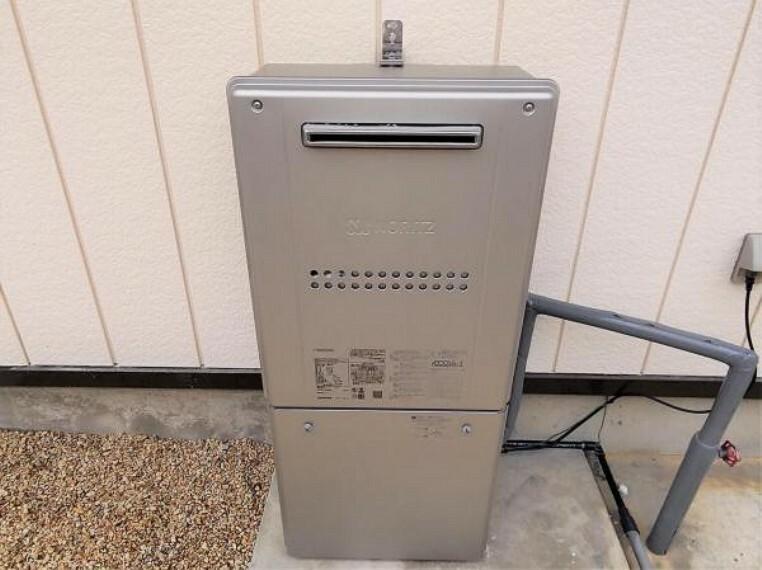 【同仕様写真】給湯機 こちらの住宅は個別プロパンガスを使っています。プロパンガスと聞くと、都市ガスと比べて料金が高いというイメージを持たれがちですが、災害時の復旧が早いなどのメリットもあります。