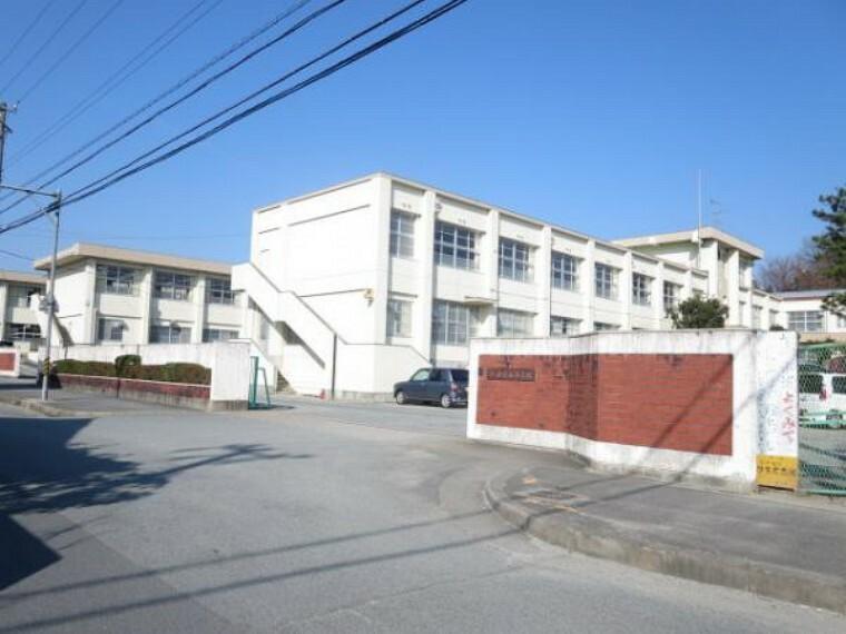 小学校 【近隣写真】山室山小学校まで約650m お子様の通学の負担も少ない距離です。またリコーダーや赤白帽など慌てて家を出ると忘れがちになりますが、そんな時もすぐに届けてあげられる距離に学校があるので便利です。