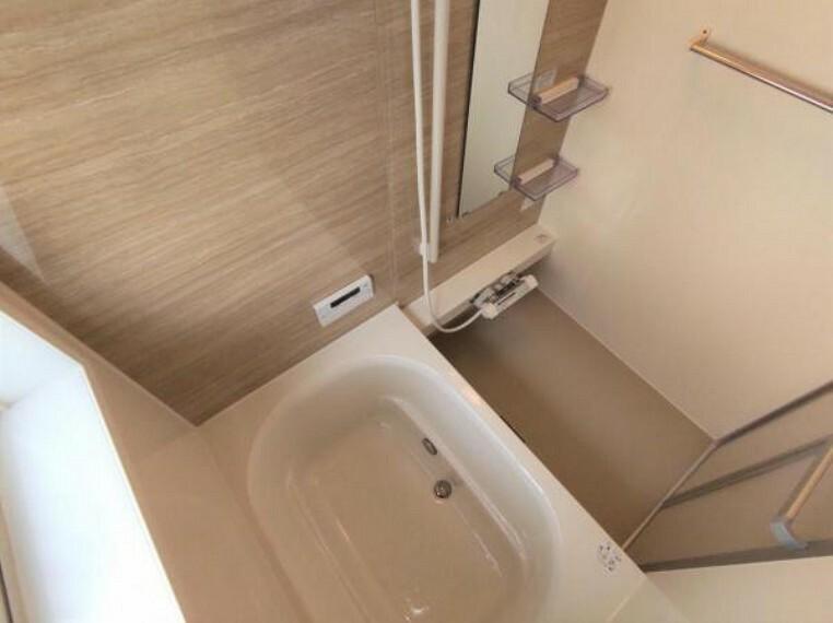 浴室 【リフォーム済】 浴室 浴室は0.75坪タイプのハウステック製ユニットバスに新品交換。 コンパクトな浴槽は、水道代の節約になり経済的。お掃除も行き届きます。