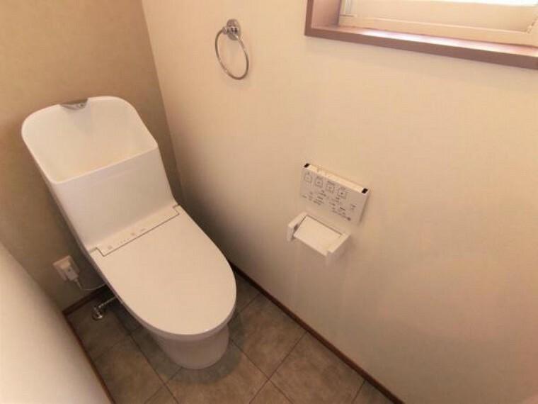 トイレ 【リフォーム済】 1階トイレ TOTO製の温水洗浄便座トイレに新品交換。壁・天井のクロス、床のクッションフロアを張り替えました。 トイレの床はクッションロアーなのでお掃除ラクラク。汚れも簡単に落とせ跡にも残りにくいです。気がついた時に気がついた人が掃除をすればいつもきれいなトイレが保てますね。