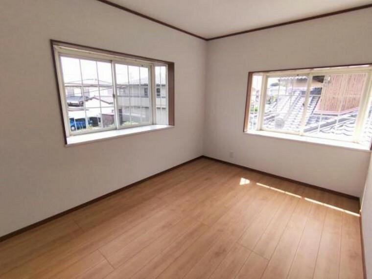 【リフォーム済】 2階東側6帖洋室 壁・天井クロス張替、床フローリング重ね張り、照明器具交換、火災報知機設置。 2面の窓からはあたたかな陽射しと心地いい風を確保。明るく気持ちのいい室内になっています。