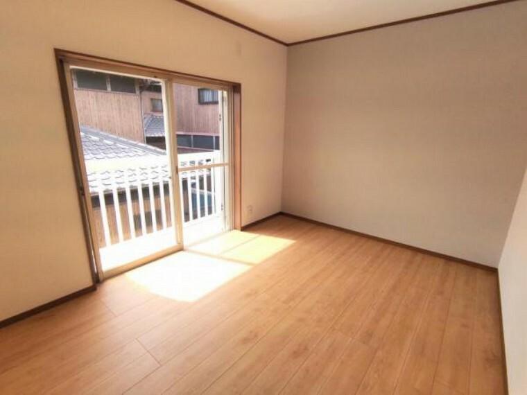 【リフォーム済】 2階西側6帖洋室 壁・天井クロス張替、床フローリング重ね張り、照明器具交換、火災報知機設置。 家族の分だけお部屋の使い方も様々。寝室以外にも書斎や収納部屋としても使えそうです。戸建てならではの贅沢なお部屋の使い方で日々の暮らしを充実させてくださいね。