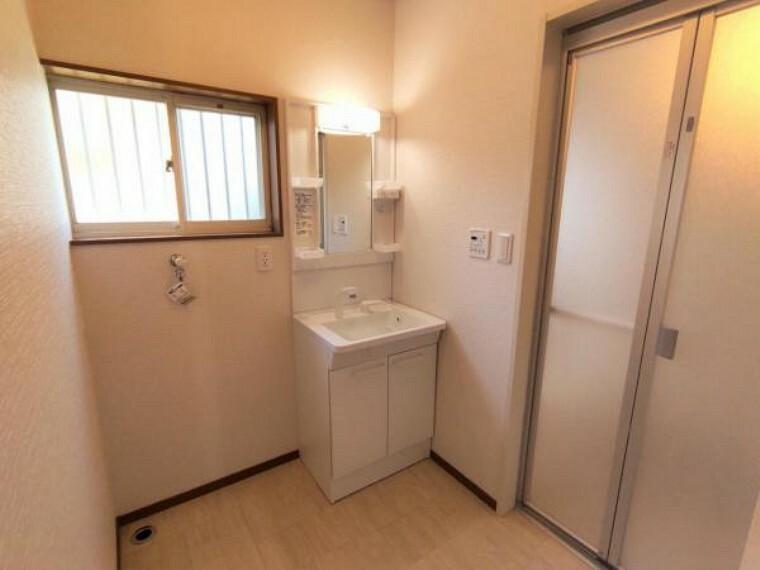 洗面化粧台 【リフォーム済】 洗面室 TOTO製の洗面化粧台に新品交換しました。 壁・天井クロス張替、床クッションフロア張替。清潔な空間で、朝の支度も気持ちよく出来そうです。