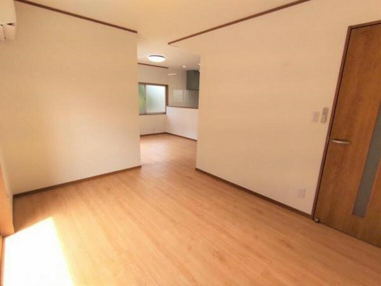 居間・リビング 【リフォーム済】 リビング(別角度) 天井・壁クロス張替、床フローリング重ね張り、照明器具交換、エアコン1台設置、火災報知機設置。 キッチンは対面式ですので、リビングで遊ぶお子様を眺めながらお料理ができます。