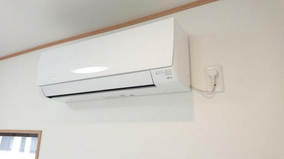 冷暖房・空調設備 【リフォーム済】リビングにはエアコンを設置しました。新生活に欠かせない設備であるエアコンも、新しく用意するとお金がかかってしまいますが、1台設置済みの分負担が軽減されますよ。