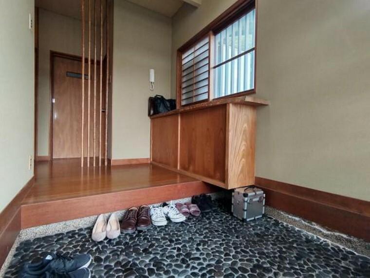 玄関 【リフォーム中】玄関はフローリングとクロスを張り替え、シューズボックスを交換します。ご家族のお履き物がたくさんあっても玄関周りがスッキリしていいですね。