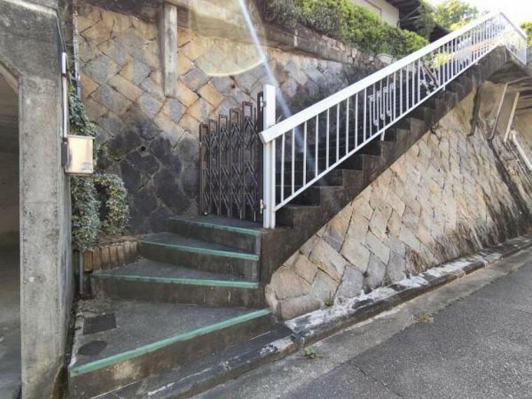 外観写真 【門】玄関に向かうアプローチには門があります。インターホンもここに付きます。道路と敷地に区切りが出来ますので、防犯面でも安心ですね。