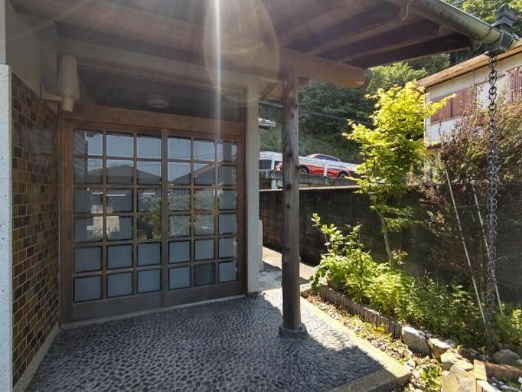玄関 【リフォーム中】お家の顔である玄関扉は交換を行います。玄関鍵ももちろん新しくなりますので、安心してお出かけいただけますよ。