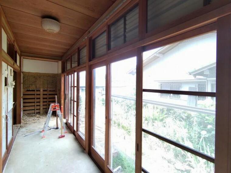 【リフォーム中】1階和室続き間横の縁側は隣り合った和室と繋げて16.1帖のLDKに拡幅します。南向きに大きな掃き出し窓がありますので明るい日がよく入りますよ。