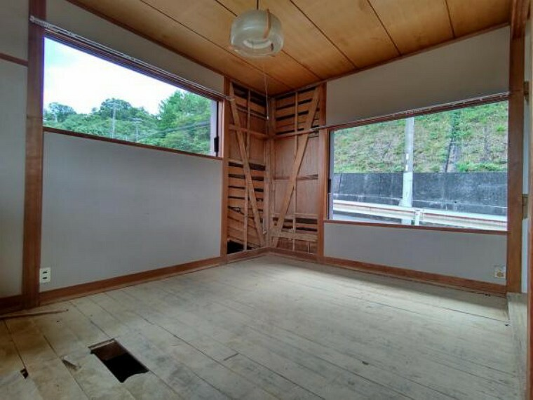 【リフォーム中】2階南向き6畳の和室は洋室に変更します。天井・壁のクロス、床をフローリングに張り替えます。1間分のクローゼットも新設しますので衣装の収納にも一役かってくれますよ。