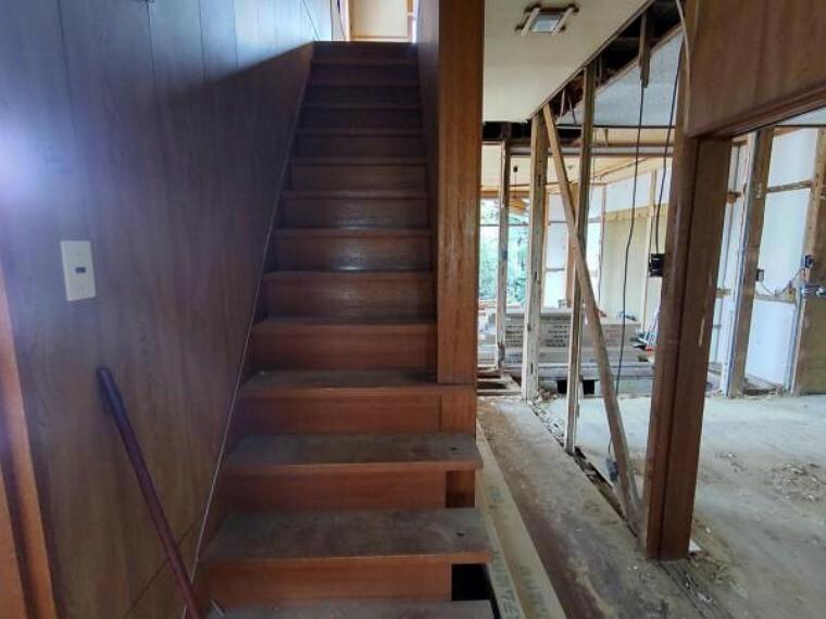【リフォーム中】現在解体中です。階段は手すりを新設します。お子様やご年配の方の上り下りも安心です。