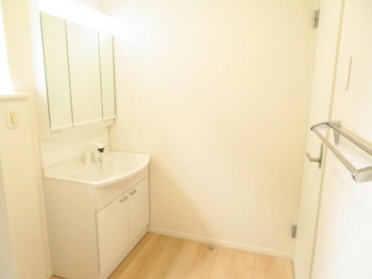 洗面化粧台 水まわりは、キッチン後ろに配置されています。浴室の手前には、タオル掛けが備え付けられています。 (2021年5月28撮影)
