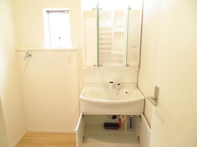 洗面化粧台 西面に小窓が付いて、明るい洗面所 シャワー付洗面化粧台は、3面鏡の裏側や洗面台下など収納スペースが豊富な洗面台になっています。 (2021年5月28撮影)