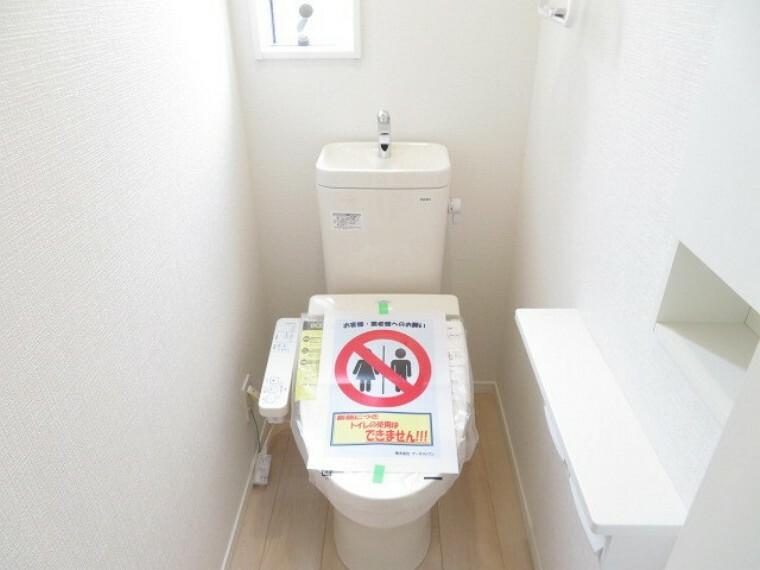 トイレ 1階と2階トイレには、小窓が付いて明るく、換気もできます。収納棚も付いていますので、トイレットペーパーのストックも置いておけます。 (2021年5月28撮影)