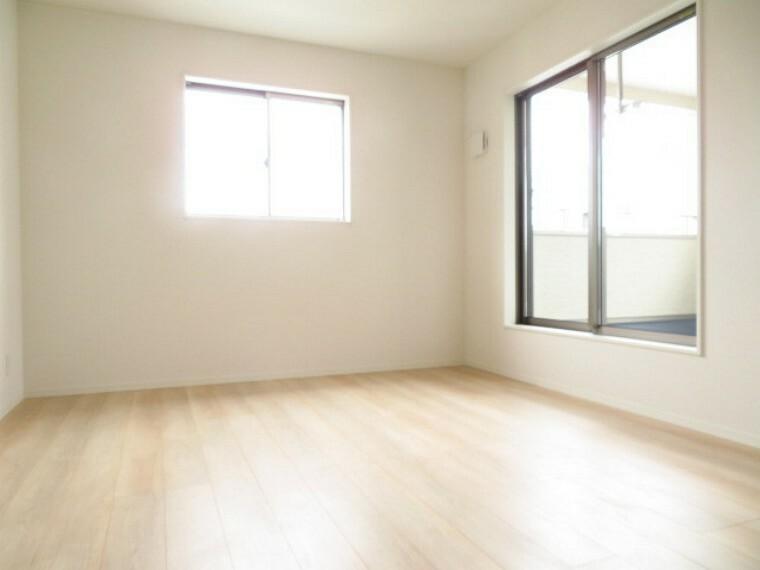 洋室 WIC付き7.5帖洋室:バルコニーに面した一番大きな洋室です。大容量のウォークインクローゼット完備で、広々とした空間で、よりご家族が寛げるスペースとなっています。 (2021年5月28撮影)