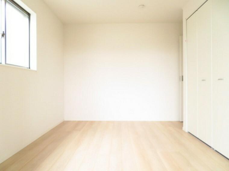 洋室 6.5帖洋室:バルコニーに面し明るく、収納スペースも完備された洋室は、子供部屋としても、寝室としてもお使い頂けます。 (2021年5月28撮影)