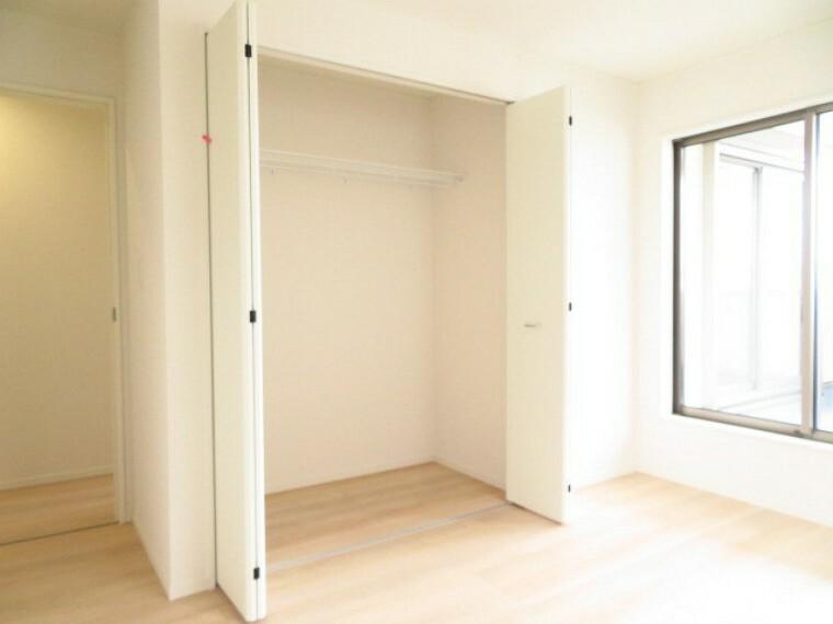 収納 6.5帖洋室:各居室に大きめのクローゼットがついています。引き出しタイプの家具を入れれば、ハンガーにかけれない物もスッキリ収納できますね。 (2021年5月28撮影)