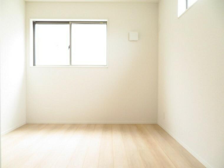 洋室 5帖洋室:南西のお部屋で、明るく爽やかな空間 大きめのクローゼットも完備されていますので、お部屋を広くお使いいただけます。 (2021年5月28撮影)