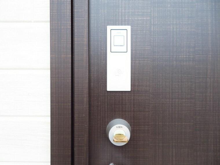 タッチキー 鍵を携帯してタッチボタンをタッチするだけで、解錠・施錠ができます。荷物で手がふさがっていても、ワンタッチでらくらくですね