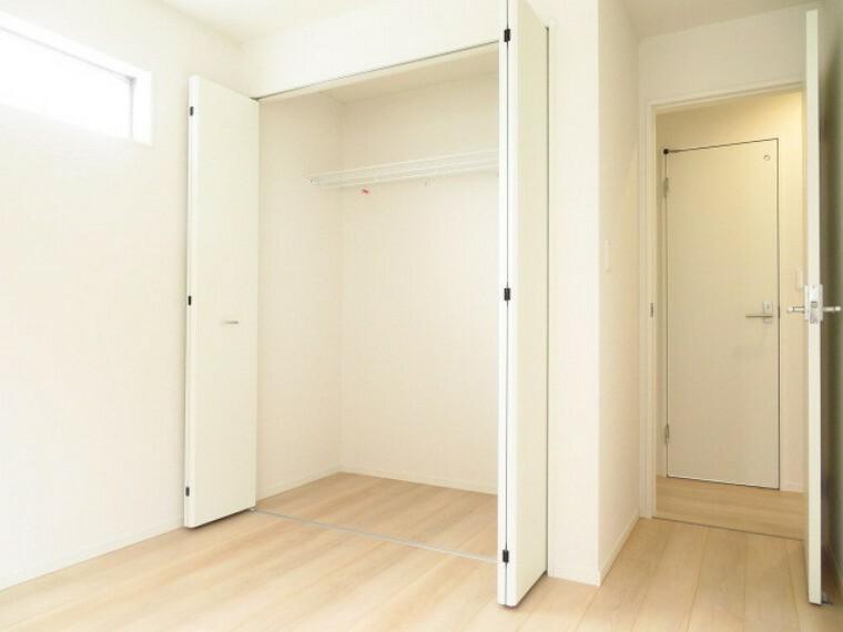収納 5帖洋室:家の中をすっきりと快適に保てるクローゼット完備。