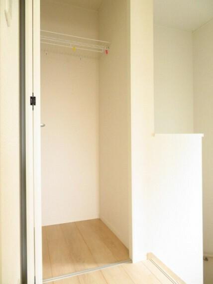 収納 2階廊下:あると嬉しい廊下収納は掃除用品を入れたり、各部屋に収まりきらないものを収納したりと重宝します