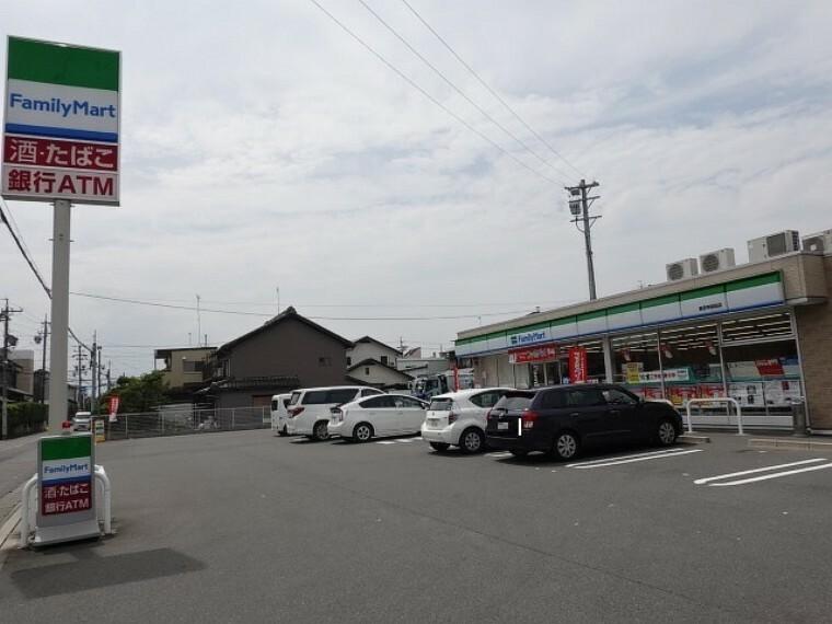 コンビニ 「ファミリーマート甚目寺桜田店」 お弁当やパンなどのほかに、冷凍食品も充実しているので、食べたいものがきっと見つかるはず。ファミマカフェの内容も充実していて、いつ訪れても新発見がありそうです。