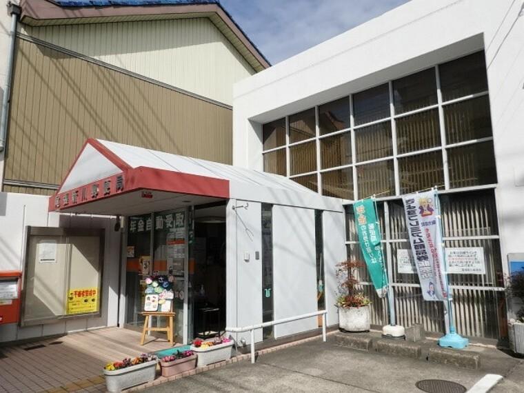 郵便局 「尾張新川郵便局」 通りに面した郵便局ですが間口の広い駐車場なのでお車の駐車も安心です。