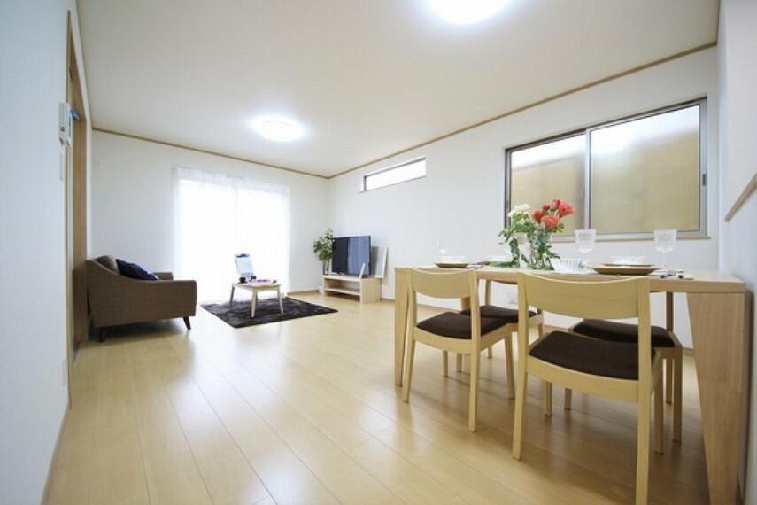 居間・リビング リビングには暖かな陽射しが差し込みます。 明るいリビングは自然と家族が集まり、会話が弾み笑顔が溢れる空間になりそうですね!