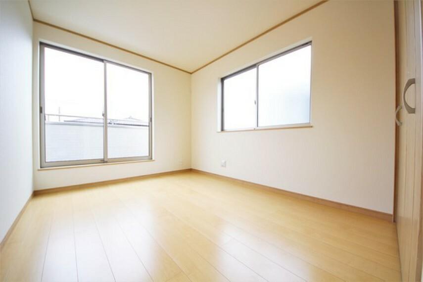洋室 全居室二面採光の明るい洋室。こんなに明るい空間は気持ちがいいですね!