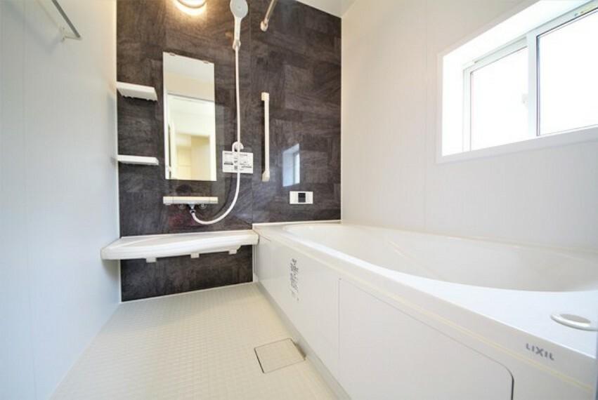 浴室 広々バスで一日の疲れをリフレッシュ。ゆったりと浴槽に浸かれます。